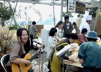 会場ではボサノバギター奏者ナナマリさんの演奏や、イタリアンシェフ・アンジェロ氏による有機野菜を使った野菜料理の実演が行われました。