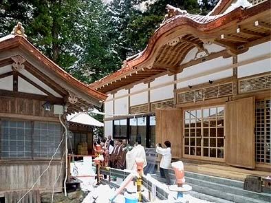 完成した拝殿の前で仮竣工の神事が行われました
