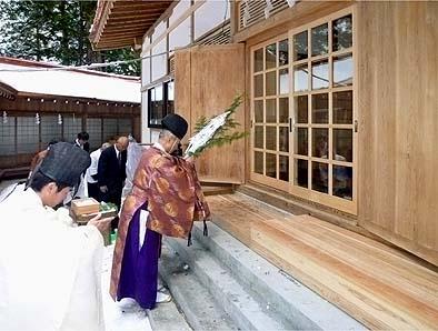 日原宮司様によって払い清められる仮竣工の拝殿