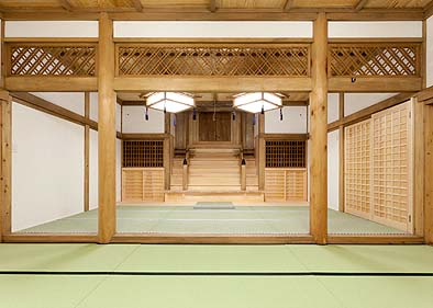 竣工内観 拝殿の神殿と祭壇