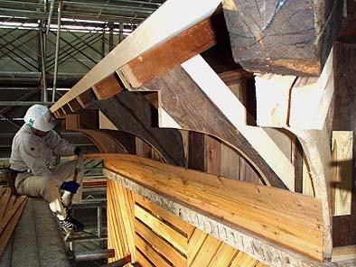 木工事の様子(軒先蛇腹の曲面を作る)
