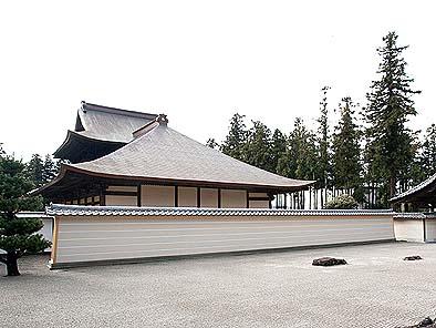 改築され新しくなった築地塀 天皇家の勅願禅窟にちなんで五本線が描かれている