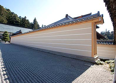 実はコンクリート製なのだが、伝統的な土を盛った築地塀の様式に見せて造られている