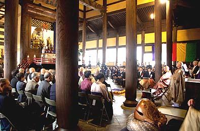 来賓と多くの壇信徒が集まり落慶式が始まった