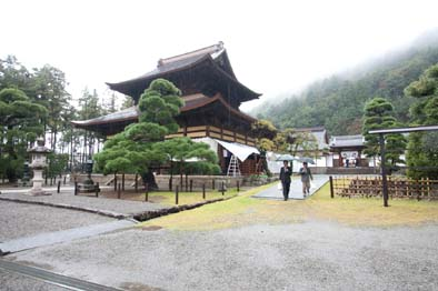 当日の仏殿、雨に塩ノ山がかすむ静寂の中で式典は行われた