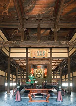 竣工仏殿内観、大本山らしい重厚な宗教空間が見られる
