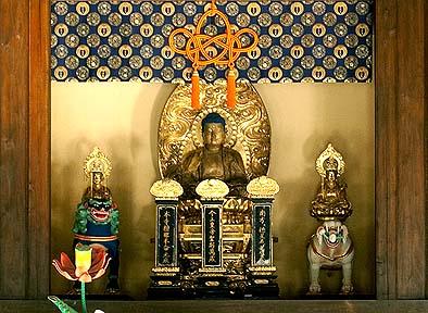 正面に釈迦如来座像、左右に文殊菩薩・普賢菩薩座像、南北朝・室町の作風をよく示している。東京芸大による修復作業が行われ、釈迦如来は創建当時のものと確認された。