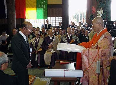 宮本官長さまから社長のみならず吉野棟梁にも感謝状をいただきました