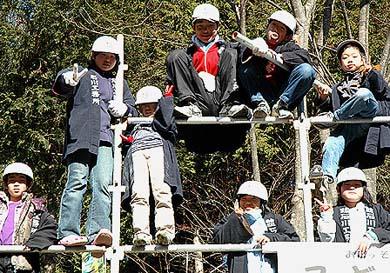 失礼ながら、こどもは猿に近い生きものでしょうか? みんな軽々と足場に登って記念撮影