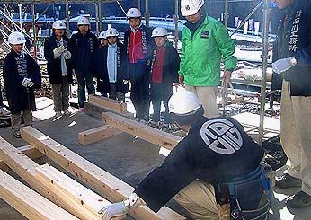 まず、こども達は吉野棟梁から建て方の説明と注意を受けました