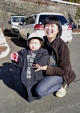最年少の参加者?と保護者のお母さん、印半纏のワンピースが可愛らしくお似合いでした
