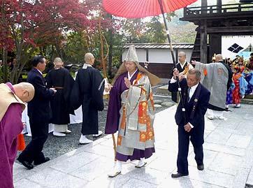 午前9時、稚児行列を従えて芦田宗興住職が山門より入場