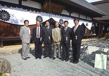 工事関係者で記念撮影、左から高木先生、畑野先生、弊社有泉棟梁、矢野先生、中村先生、弊社社長の石川です