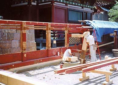 井上修棟梁をはじめとする大工数名が何度かにわたって修復作業に携わりました。