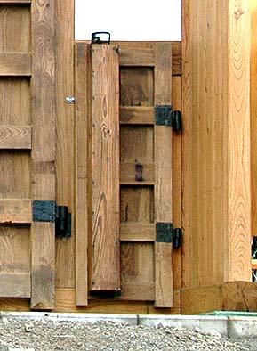 くぐり戸に鎖と分銅を仕込んで自動に閉まる仕掛けを再現
