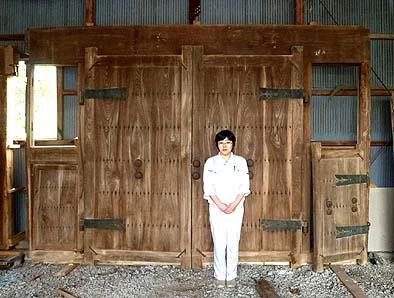 実は古材セット(欅の門扉)をリユースしました。前に立つ女性と比較すると、その大きさが解かる