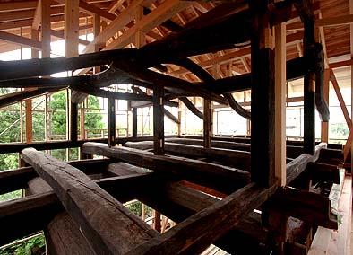 2010年7月3日、上棟間もないころの梁と小屋組の様子です