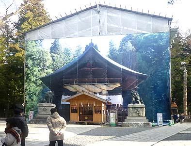 諏訪大社 下社秋宮 神楽殿保存修理工事現場 正面シートに描かれた神楽殿の写真が印象的でした