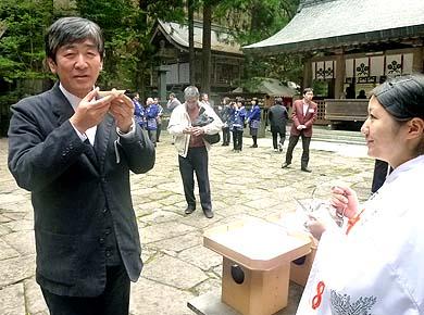 上社本宮で御神酒をいただく伝匠舎代表の石川。日伝建では監査役を仰せつかっています