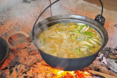 昼食はイロリで煮込んだ郷土料理「ほうとう」など、田舎の手作り料理をいただきました