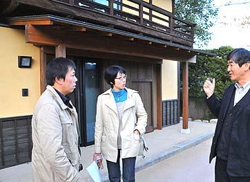 白州町のY邸 現地再生の古民家を見学しました 建築の見どころや建築の苦労話をする弊社社長の石川(右)