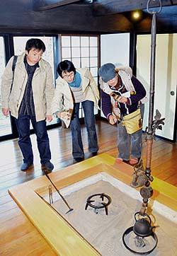 Y邸イロリの自在鉤(じざいかぎ)、「一富士 二鷹 三なすび」「松 竹 梅」の6つのおめでたいものが造形されています