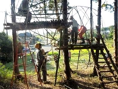 安藤研究室の学生さん達と子供等が竹のツリーハウスを作っていました