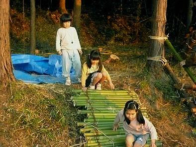 女の子は竹のすべり台でいつまでも遊んでいました