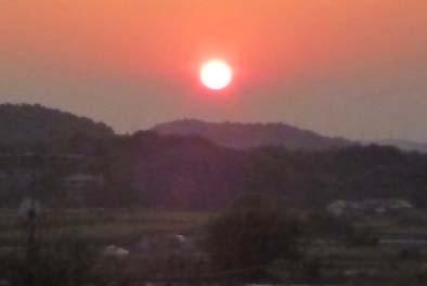 やがて西の山にお日さまが沈んでいくと